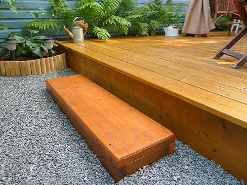 Facile à réaliser une terrasse en bois montée sur 4 sur blocs de