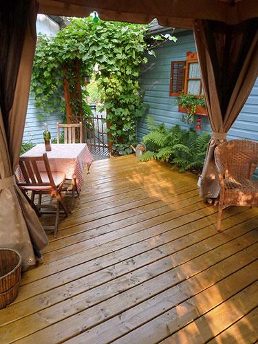 Disparu le cabanon moche, une jolie terrasse en bois a pris sa place